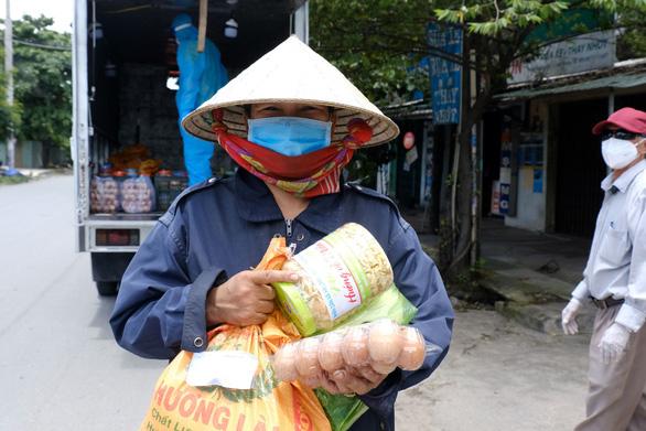 Chở quà Hà Tĩnh, Quảng Nam, Quảng Ngãi… vào khu phong tỏa - Ảnh 7.