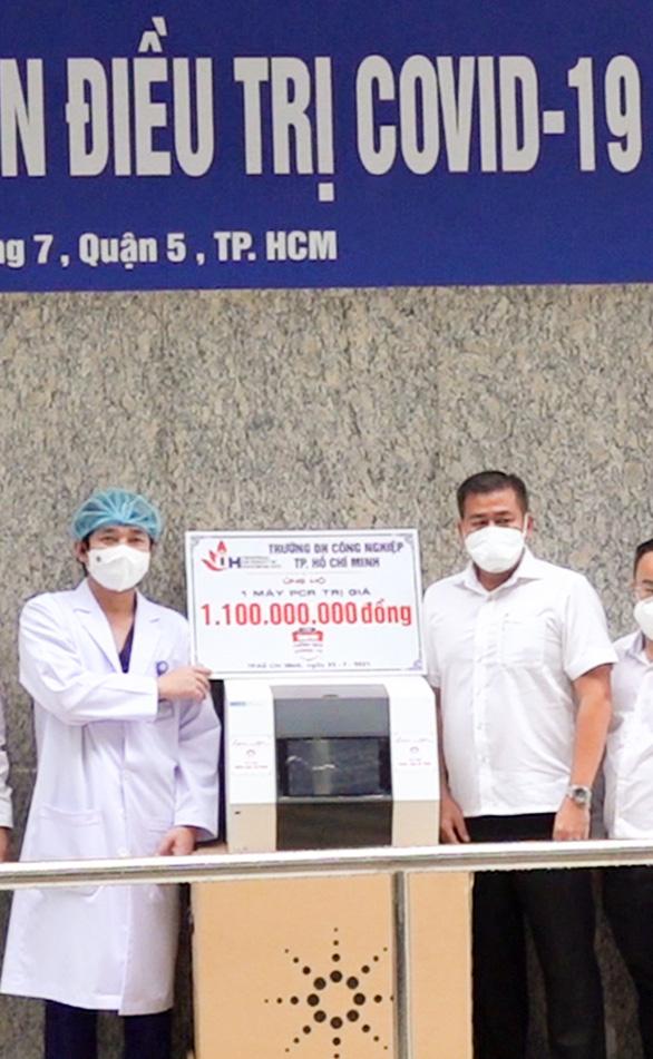 IUH ủng hộ Bệnh viện An Bình một máy xét nghiệm trị giá 1,1 tỉ đồng - Ảnh 1.
