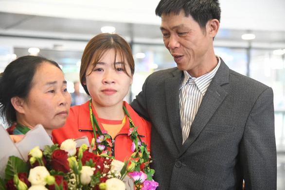 Hoàng Thị Duyên từng giấu bố mẹ, đi bộ 12km mỗi ngày để được tập cử tạ - Ảnh 1.
