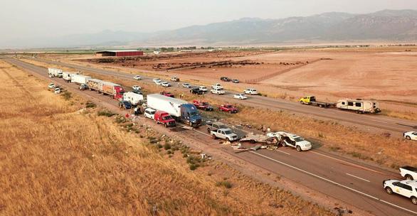 Bão cát khiến 22 xe đâm nhau trên cao tốc Mỹ, 8 người chết - Ảnh 3.