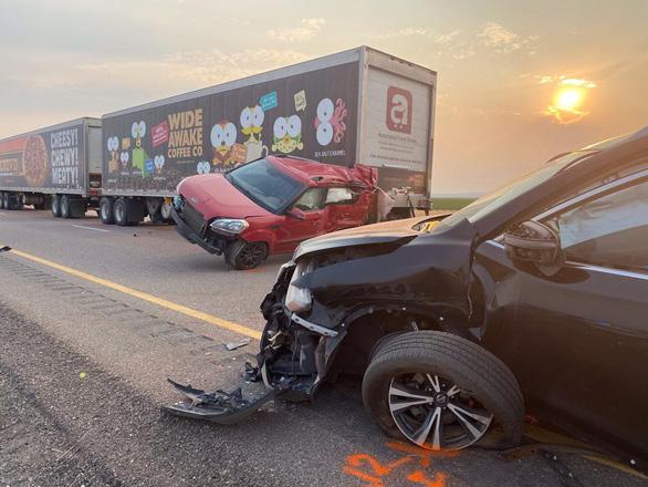 Bão cát khiến 22 xe đâm nhau trên cao tốc Mỹ, 8 người chết - Ảnh 1.