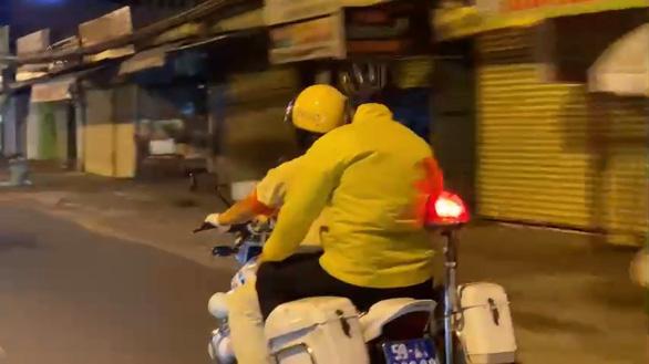 Nam công nhân về thăm vợ mang thai, CSGT giữ xe nhưng thấy thương nên chở về - Ảnh 2.