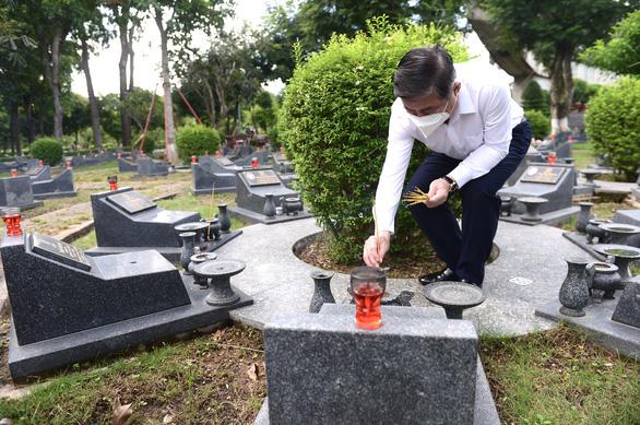 Lãnh đạo TP.HCM dâng hoa, dâng hương tưởng niệm các anh hùng liệt sĩ - Ảnh 6.