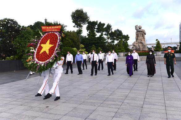 Lãnh đạo TP.HCM dâng hoa, dâng hương tưởng niệm các anh hùng liệt sĩ - Ảnh 1.