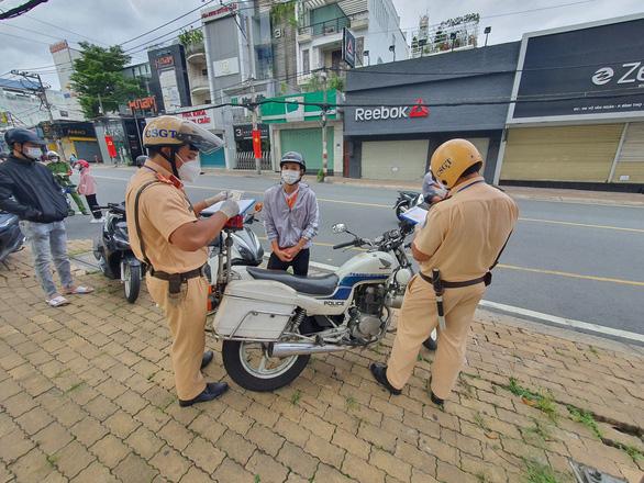 TP.HCM: Hàng trăm người ra đường một lúc, nhiều người bị phạt vì lý do không chính đáng - Ảnh 5.