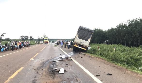 Đối đầu xe tải, 3 người đi chung xe hơi chết tại chỗ - Ảnh 1.