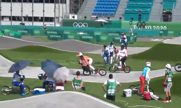 Trọng tài gây tai nạn cho tay đua ứng viên huy chương vàng Olympic - Ảnh 2.
