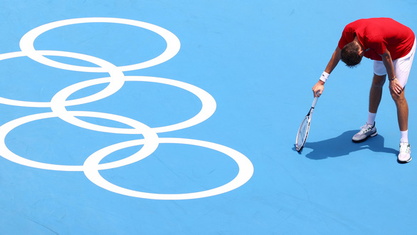 Bị hối thúc thi đấu dưới nắng nóng, Daniil Medvedev: Tôi chết ai chịu trách nhiệm? - Ảnh 1.