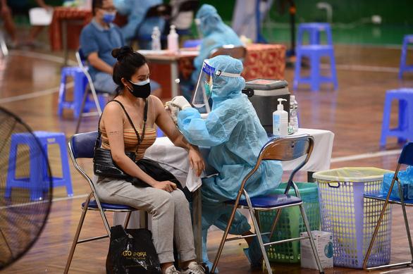TP.HCM triển khai tiêm vắc xin sau 18h - Ảnh 1.