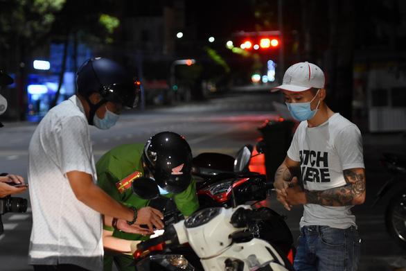 Không ra đường sau 18h, đường phố Biên Hòa vắng lặng - Ảnh 4.