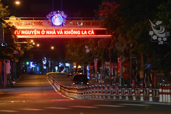 Không ra đường sau 18h, đường phố Biên Hòa vắng lặng - Ảnh 5.