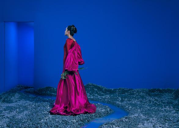 Hồng Nhung hát Có những con đường, Tăng Thanh Hà xuất hiện trong bộ ảnh Khu vườn tâm trí - Ảnh 3.