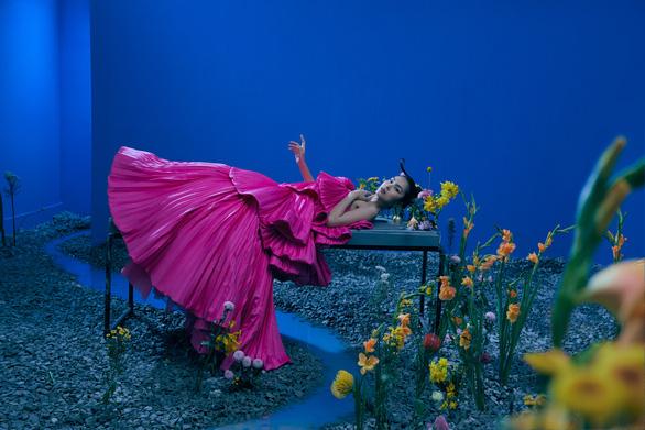 Hồng Nhung hát Có những con đường, Tăng Thanh Hà xuất hiện trong bộ ảnh Khu vườn tâm trí - Ảnh 2.