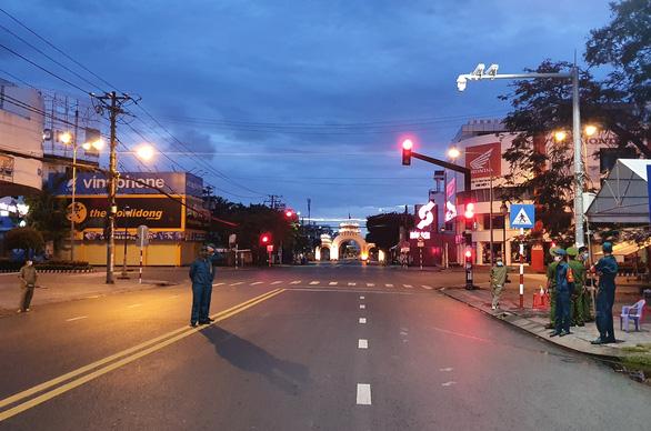 Đêm đầu cấm ra khỏi nhà sau 18h ở miền Tây, hầu như không ai ra đường - Ảnh 2.