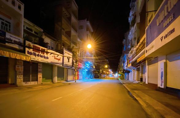Đêm đầu cấm ra khỏi nhà sau 18h ở miền Tây, hầu như không ai ra đường - Ảnh 3.