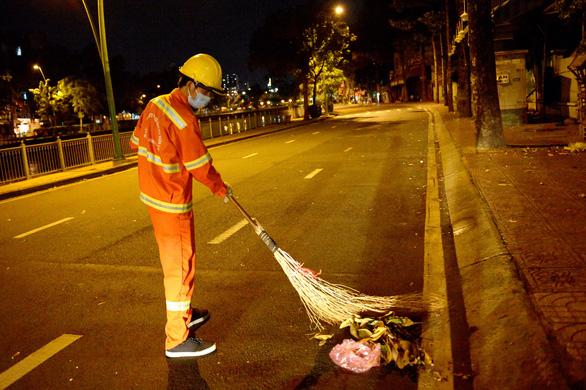 Những người không ngủ sớm trong đêm thành phố vắng lặng - Ảnh 5.