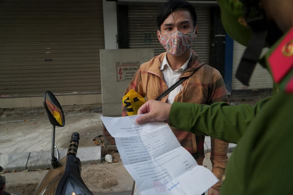 Hà Nội quy định mẫu giấy tờ cho các trường hợp được lưu thông trong giãn cách xã hội - Ảnh 2.
