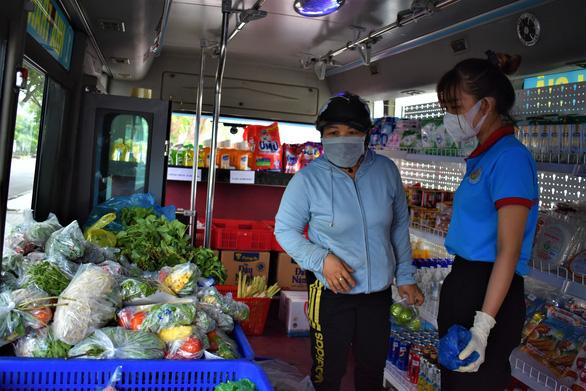 Biến xe buýt thành cửa hàng tiện lợi di động chở thực phẩm đến từng khu dân cư - Ảnh 4.