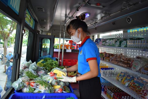 Biến xe buýt thành cửa hàng tiện lợi di động chở thực phẩm đến từng khu dân cư - Ảnh 5.