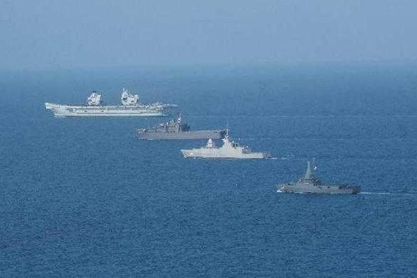 Tàu sân bay Anh đến Biển Đông, Trung Quốc tập trận tại 2 khu vực - Ảnh 1.