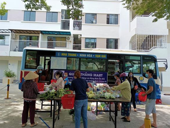 Biến xe buýt thành cửa hàng tiện lợi di động chở thực phẩm đến từng khu dân cư - Ảnh 3.