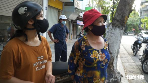 Hà Nội xử phạt nhiều người bán hàng rong, tập thể dục - Ảnh 2.