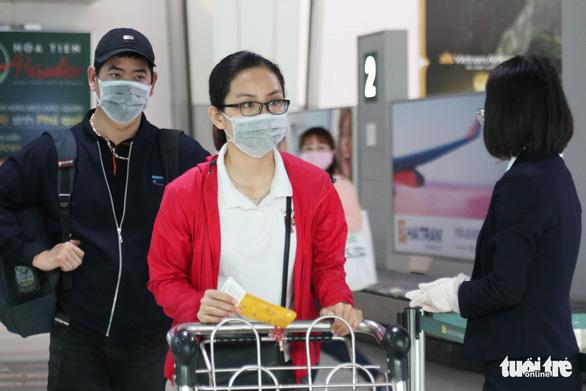 Nghệ An hỗ trợ vé máy bay, phí ăn ở cho thai phụ, trẻ em về quê  - Ảnh 1.