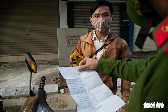 Hà Nội xử phạt nhiều người bán hàng rong, tập thể dục - Ảnh 4.