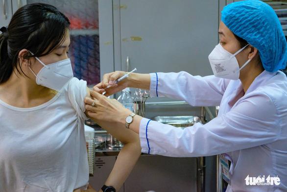 Ưu tiên tiêm vắc xin cho chồng và anh chị chồng, nữ nhân viên phường bị đình chỉ - Ảnh 1.