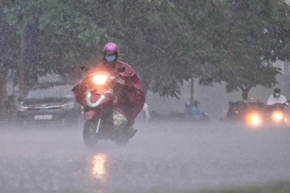 Bắc và Nam Bộ mưa dông, Trung Bộ nắng nóng kéo dài - Ảnh 1.