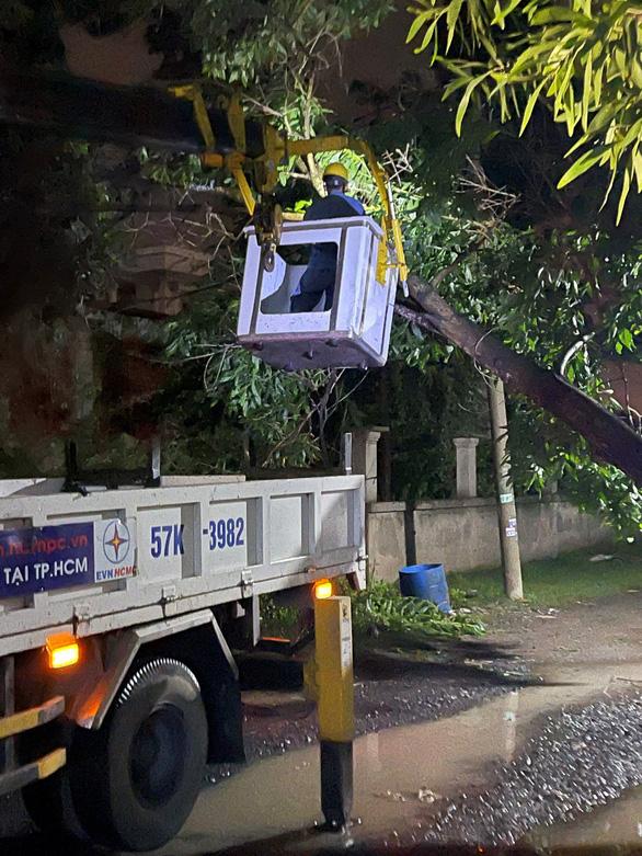 Điện lực TP.HCM cảnh báo an toàn điện mùa mưa - Ảnh 1.