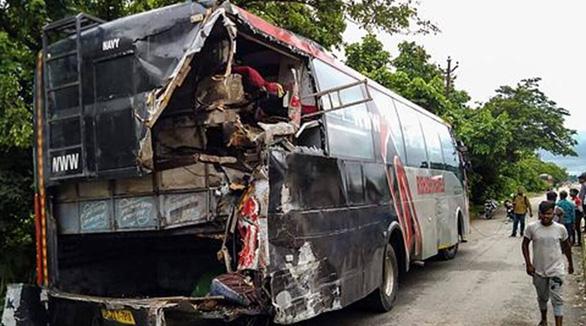 Ngủ dưới lề đường, 18 công nhân Ấn Độ bị xe tải tông chết - Ảnh 1.