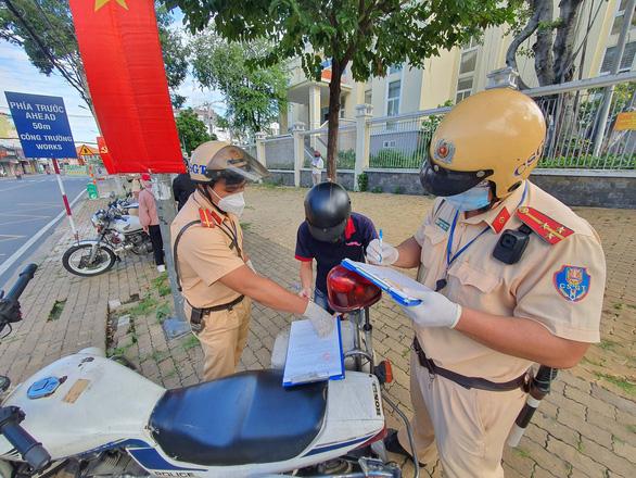 TP.HCM: Công chức từ nhà đến cơ quan không đeo thẻ công chức, không mặc đồng phục sẽ bị phạt - Ảnh 1.