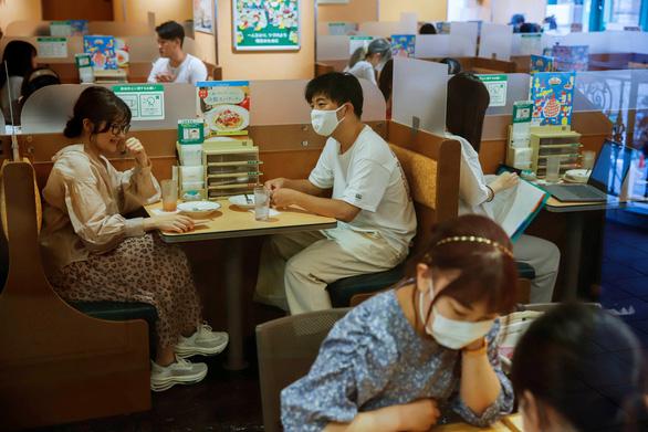 Nhật Bản lần đầu ghi nhận hơn 10.000 ca COVID-19 trong ngày - Ảnh 1.