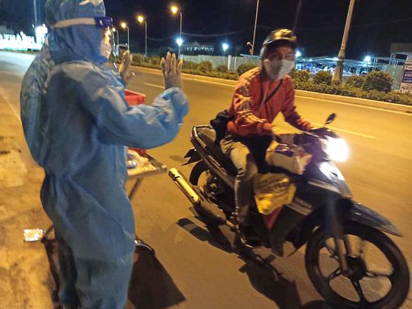 Trong đêm tặng cơm, nước và gởi thông điệp 5K cho người chạy xe máy về quê - Ảnh 2.