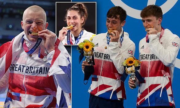 Các vận động viên không được... cắn huy chương Olympic Tokyo - Ảnh 1.