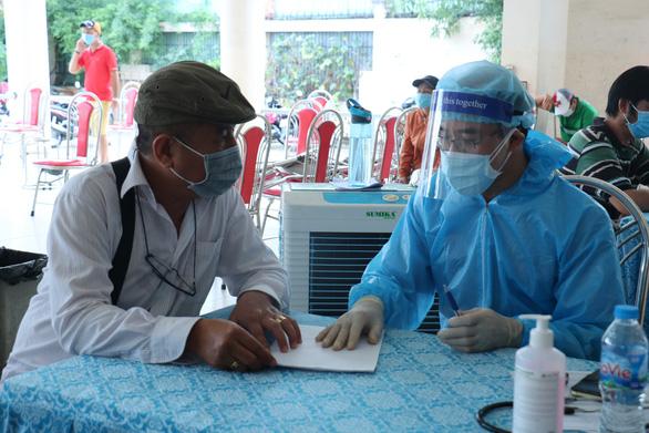 Tài xế xe công nghệ, shipper phấn khởi được tiêm vắc xin COVID-19 - Ảnh 2.