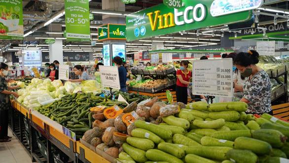 VinMart/VinMart+ tăng lượng cung ứng hàng hóa, tặng bảo hiểm cho khách hàng - Ảnh 1.