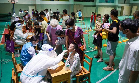 Hầu hết ca bệnh trong đợt bùng dịch mới nhất ở Trung Quốc đã tiêm chủng - Ảnh 1.