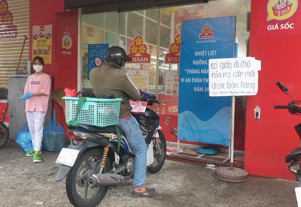 Người dân TP.HCM cầm phiếu đi siêu thị theo khung giờ - Ảnh 1.