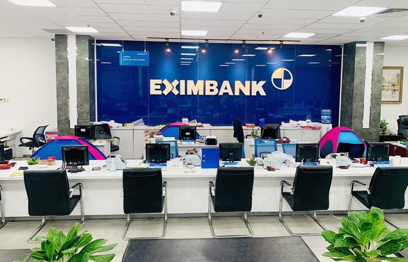 Nhiều ngân hàng tại TP.HCM cho nhân viên ăn ngủ tại chi nhánh, phòng giao dịch - Ảnh 1.