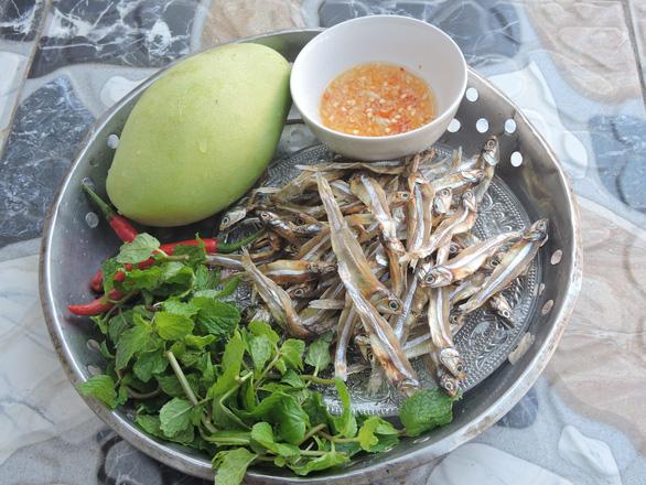 Ngày giãn cách, cá cơm khô đắc dụng: Kho mặn, nướng và làm gỏi xoài xanh - Ảnh 4.