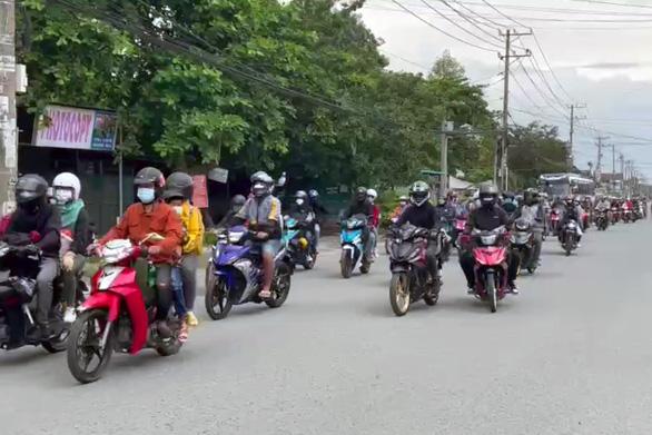 Cảnh sát giao thông dẫn đường cho hơn 900 công nhân Đồng Nai về quê - Ảnh 2.