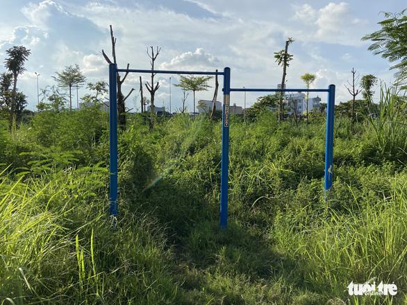 Vườn hoa mới bàn giao đã thành 'rừng rậm', công viên để hoang phế - Ảnh 1.