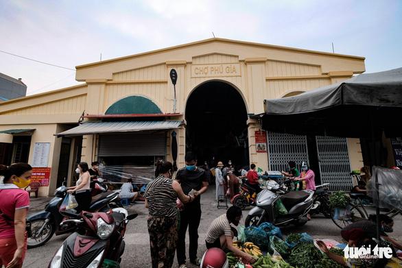 Dùng phiếu, người Hà Nội thay đổi thói quen để đi chợ theo giờ - Ảnh 2.