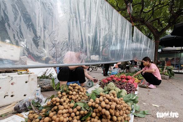 Dùng phiếu, người Hà Nội thay đổi thói quen để đi chợ theo giờ - Ảnh 5.