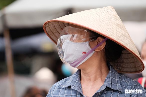 Dùng phiếu, người Hà Nội thay đổi thói quen để đi chợ theo giờ - Ảnh 6.