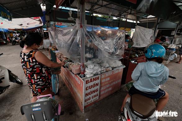 Dùng phiếu, người Hà Nội thay đổi thói quen để đi chợ theo giờ - Ảnh 1.