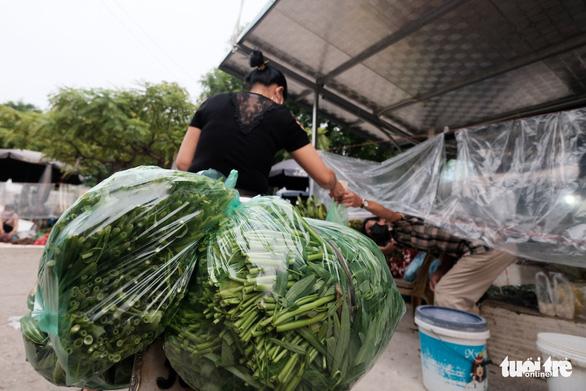 Dùng phiếu, người Hà Nội thay đổi thói quen để đi chợ theo giờ - Ảnh 3.