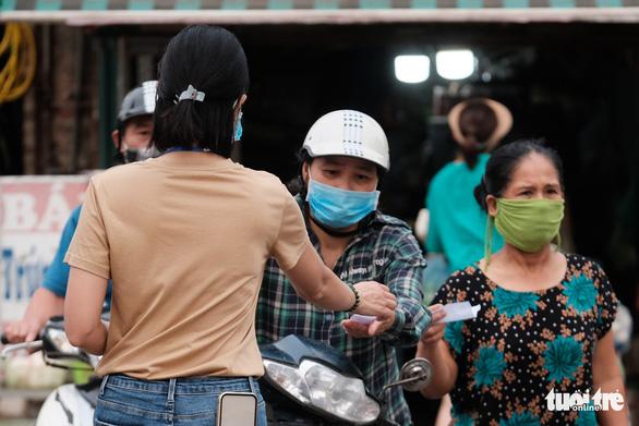Dùng phiếu, người Hà Nội thay đổi thói quen để đi chợ theo giờ - Ảnh 4.